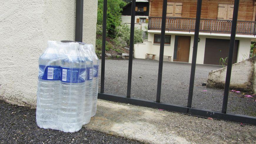 Tous les deux jours, chaque foyer reçoit un pack d'eau minérale.