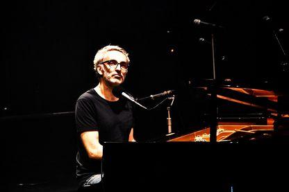 """Vincent Delerm au piano pendant """"Partons en live"""" sur France Inter"""