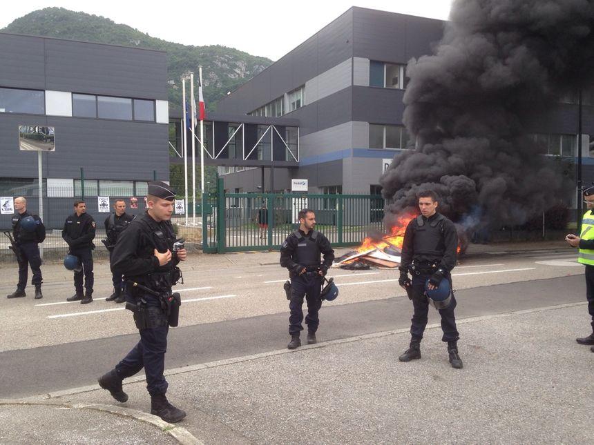 Une vingtaine de gendarmes se sont positionnés devant les grilles vers 10h00.