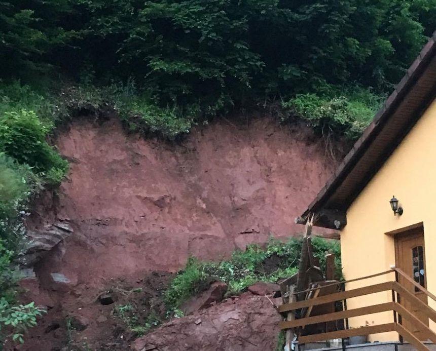 le rocher a glissé contre la maison des Rubel