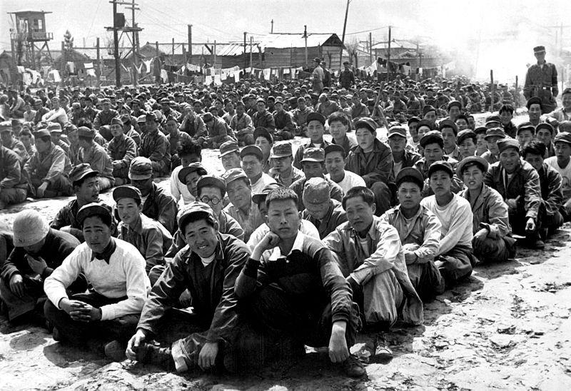 Prisonniers de guerres nord-coréens et chinois dans un camp à Pusan, 1951