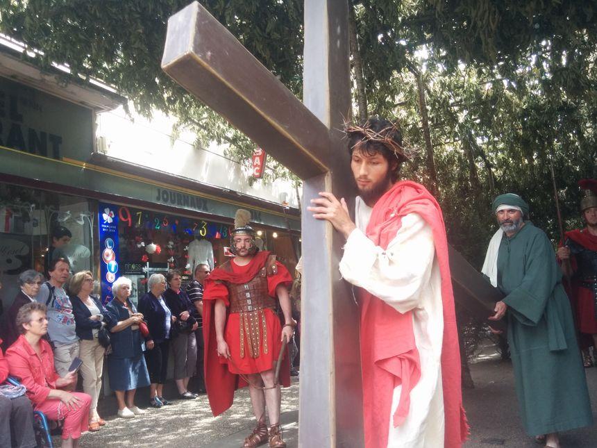 Jésus portant sa croix.