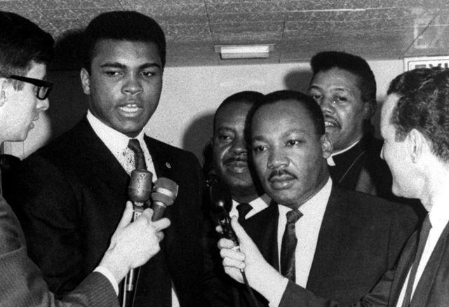 Mars 1967, Mohamed Ali et Martin Luther King répondent aux reporters