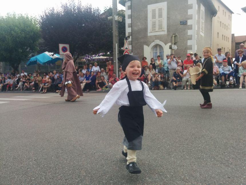 Chloé, 2 ans et demi, participe à ses premières Ostensions.