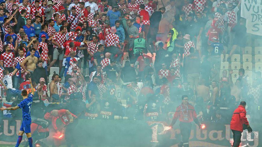 """Des """"supporters"""" croates ont lancé des fusées de détresse et une bombe agricole."""