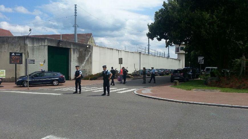 Un périmètre de sécurité a été installé devant la prison d'Ensisheim