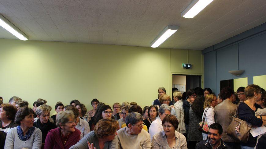 Les salariés de Fenwal prennent place dans la salle avant l'audie