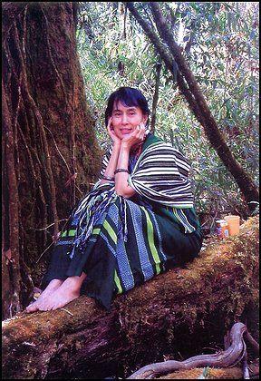 Aung San Suu Kyi dans son jardin dans un de ses rares moments de liberté.