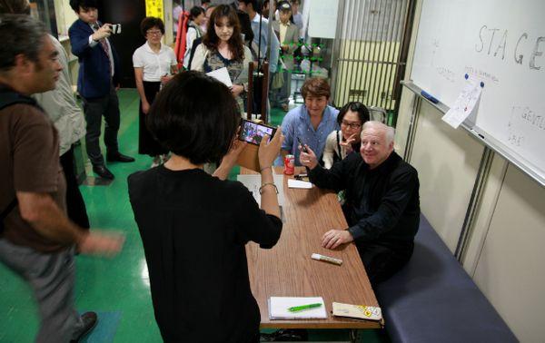 Leonard Slatkin pose avec des fans japonais à l'issue d'un concert John Williams au NHK Hall de Tokyo. (© Victor Tribot Laspière / France Musique)