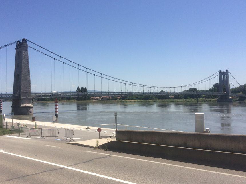 Les voitures passent à nouveau sur le pont suspendu de La Voulte-sur-Rhône