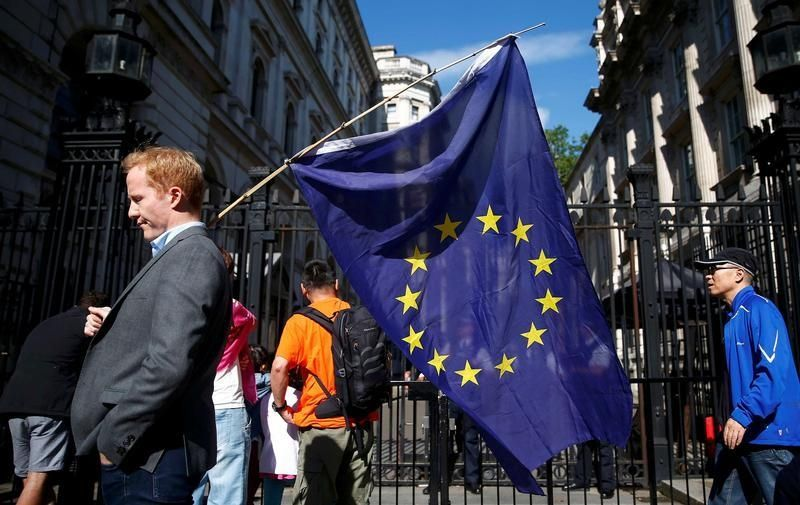 Un homme porte un drapeau européen devant Downing street le 24/06/16 à Londres