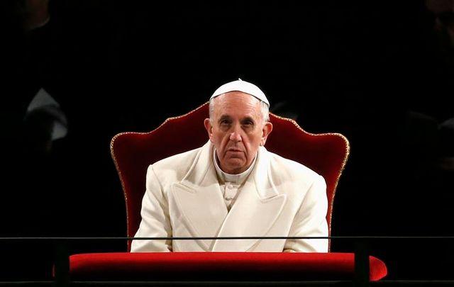 le pape préside la procession du chemin de croix à rome