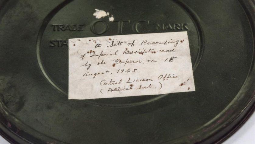 La boîte en métal contenant l'enregistrement original du discours de l'empereur