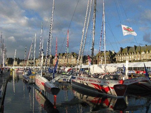 Les bateaux de la Route du Rhum devant les remparts de Saint-Malo