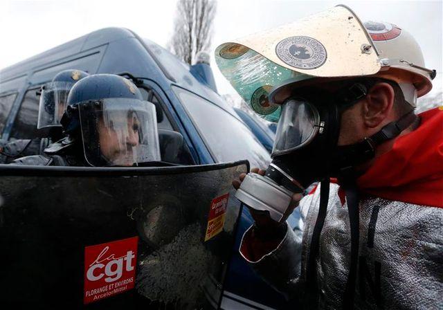 les salariés d'arcelormittal empêchés de manifester à strasbourg