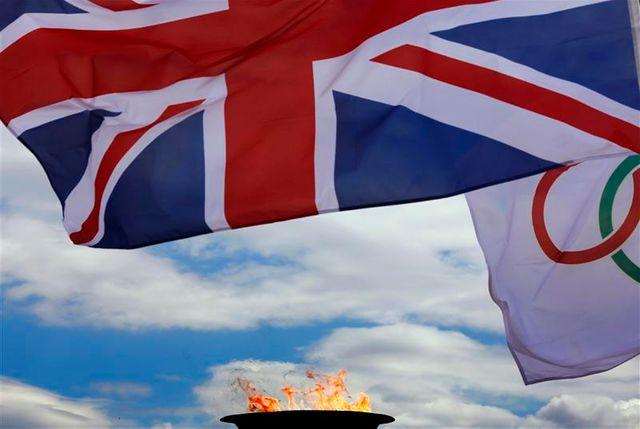 la grande-bretagne reçoit officiellement la flamme olympique