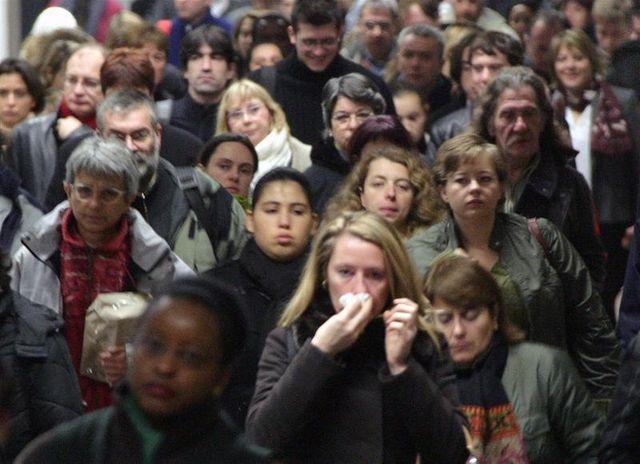 le moral économique des français reste bas mais s'améliore