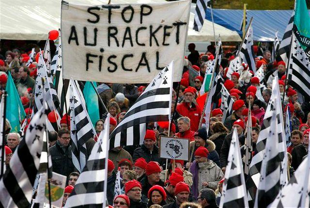 """les """"bonnets rouges"""" manifestent à carhaix"""