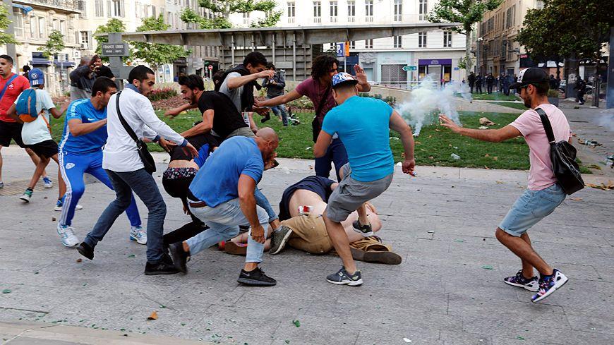 Violences entre supporters russes et anglais à Marseille.
