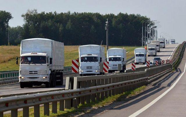 un convoi d'aide humanitaire russe en route vers l'ukraine