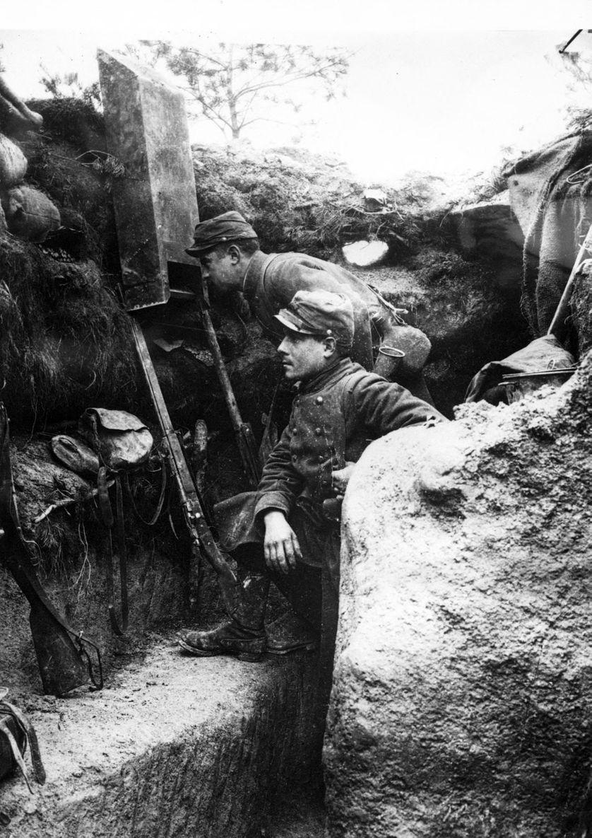 Troupes françaises utilisant un périscope, 1915