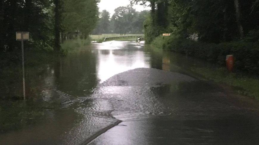Portion de route inondée à Entraigues, dans l'Indre