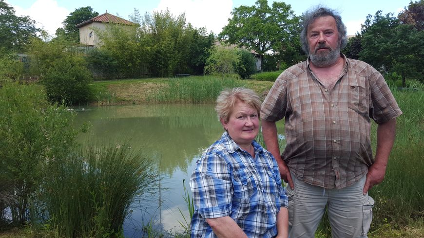 Annie et Michel Pecheras devant la mare de la discorde.