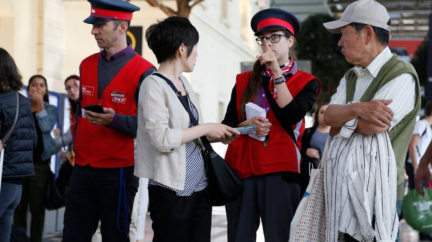 Des touristes un peu perdus en gare St Charles de Marseille