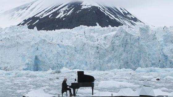 Ludovico Einaudi devant le glacier norvégien Wahlenbergbreen filmé par l'ONG Greenpeace (Espagne) ©capture/Youtube
