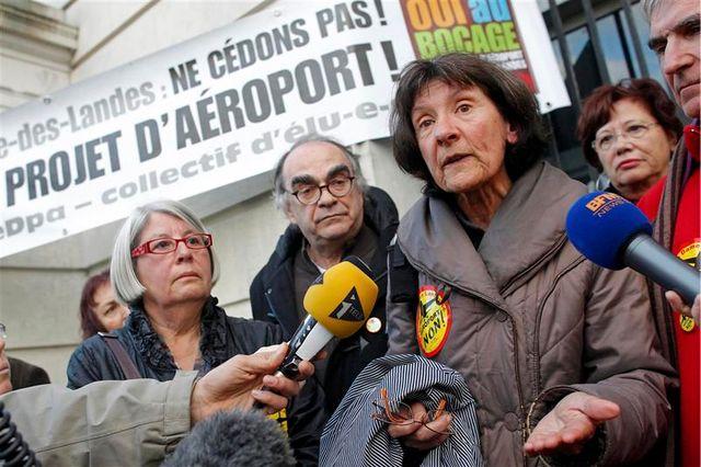 manifestation d'élus contre le projet d'aéroport de nantes