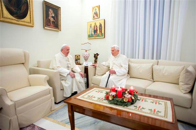 le pape françois et benoît xvi prient ensemble avant noël