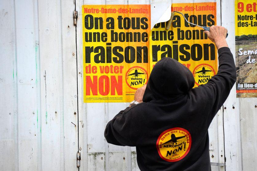 Un opposant à l'aéroport de Notre-Dame-des-Landes colle des affiches