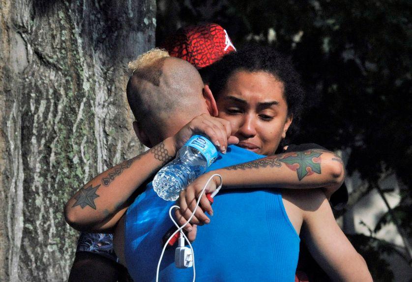 Amis et proches se retrouvant près du commissariat d'Orlando