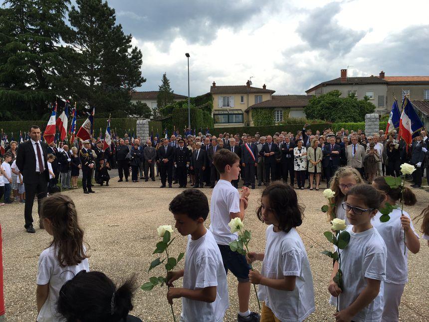 Des enfants ont déposé des roses en hommage aux enfants et enseignants tués.