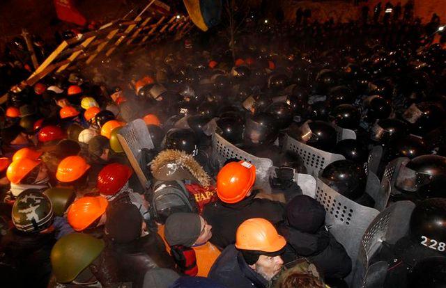 la police ukrainienne à l'assaut de la place de l'indépendance, à kiev