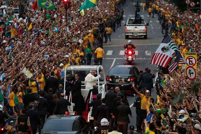 une foule immense accueille le pape à rio de janeiro