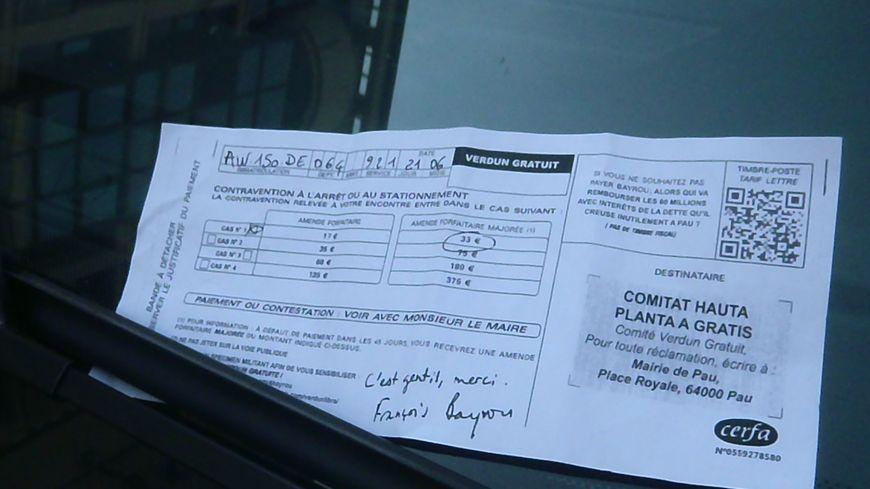 Un faux PV sur une voiture garée place Verdun, à Pau.