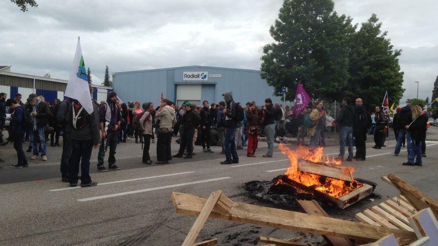 Plusieurs dizaines de militants bloquent l'usine Radiall depuis ce jeudi matin.
