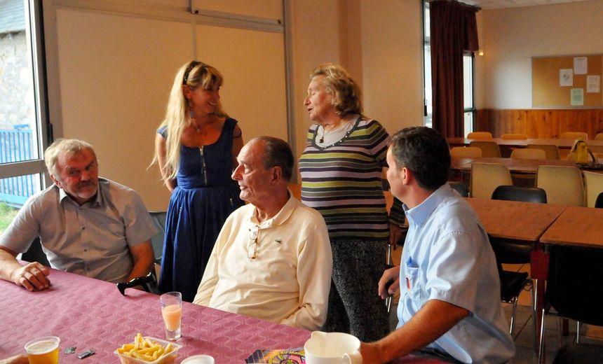 Jacques Chirac en 2013 aux côtés de son épouse Bernadette et de la députée Sophie Dessus.