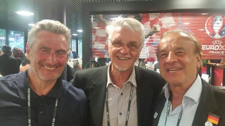 Gernot Rhor (à gauche) avec Dieter Müller et Aimé Jacquet à Bordeaux lors d'Allemagne/Italie