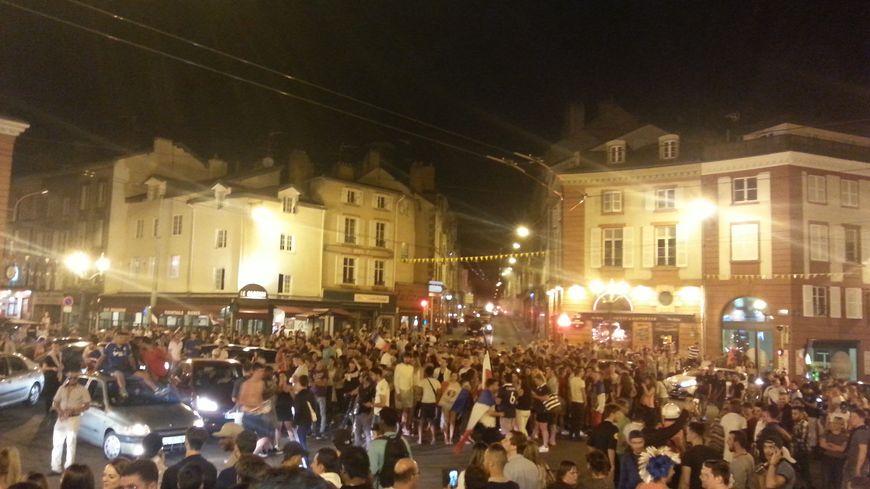 Au coup de sifflet final les fans des bleus se rassemblent place Denis Dussoubs à Limoges