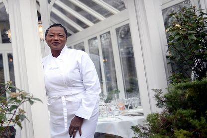 """Babette de Rozieres devant son restaurant, """"La Case de Babette"""""""