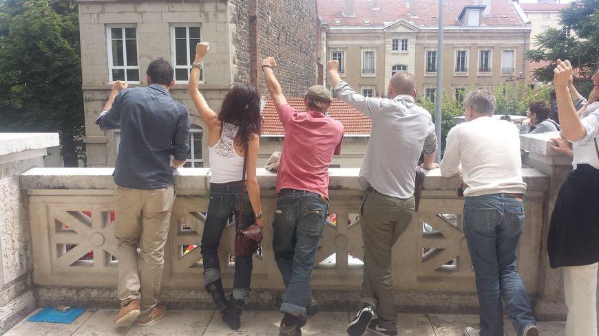 Les quatre militants saluent leurs soutiens avant de comparaître au palais de justice