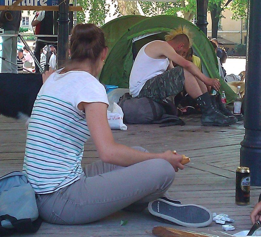 Des jeunes en errance venus avec leurs chiens, une bière à la main, ils trinquent à leurs amis défunts.