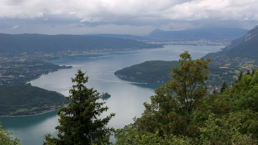 Le peloton découvrira le paysage époustouflant du belvédère de la Forclaz, avec sa vue plongeante sur le lac d'Annecy.