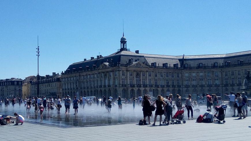 De nombreux bordelais et touristes sont allés se rafraîchir au miroir d'eau.