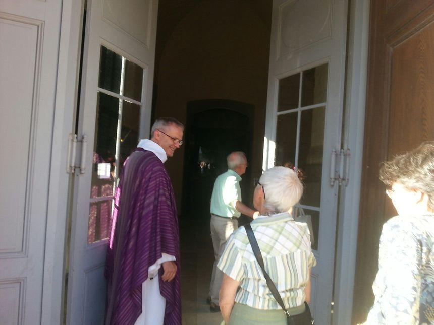 Le Père Christian Argoud de Valence accueille les fidèles pour la messe en hommage au prêtre assassiné.