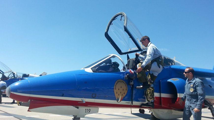 Le capitaine Cyril Touzet monte à bord de l'Alpha Jet numéro 3