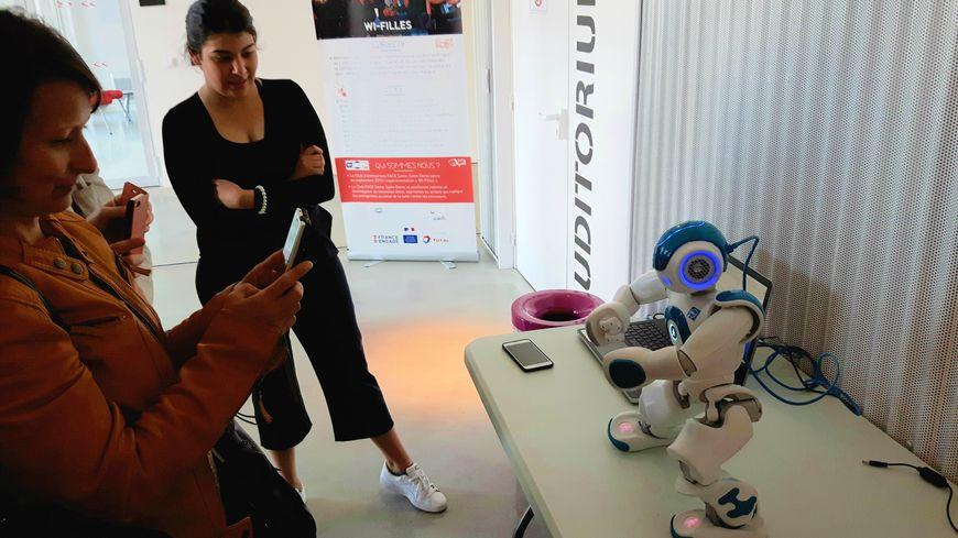 """Les """"Wi-Filles"""" apprennent notamment à programmer des robots"""
