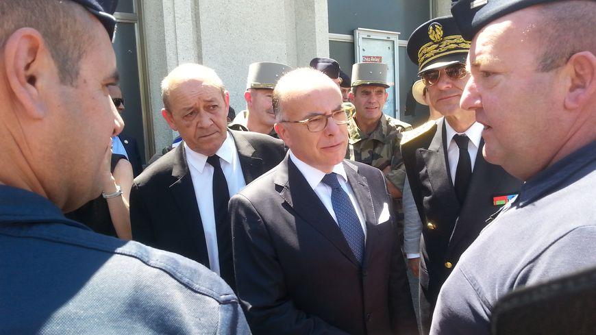 Le ministre de l'Intérieur Bernard Cazeneuve, à la rencontre des forces de l'ordre à Avignon.